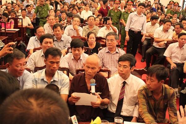 Ông Trần Văn Thêm đang ngồi tại chỗ phát biểu