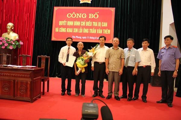 Trung tướng Trần Trọng Lượng, Phó Tổng cục trưởng Tổng Cục cảnh sát, Bộ Công an tặng hoa và quà cho ông Trần Văn Thêm