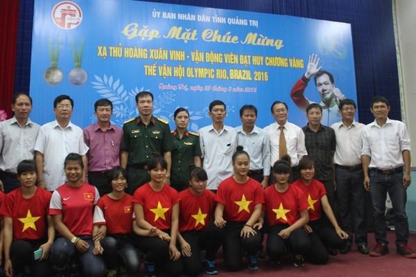 Nhiều lãnh đạo, học sinh sinh viên chụp hình lưu niệm với vợ chồng xạ thủ Hoàng Xuân Vinh