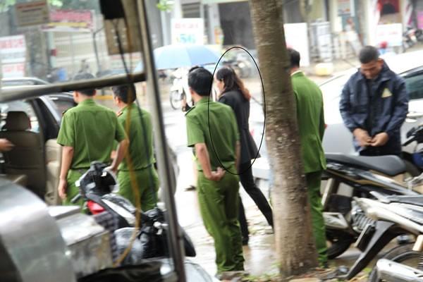Lực lượng CA đưa bà Hoa ra xe lên trụ sở TAND H. Ea Kar làm việc.