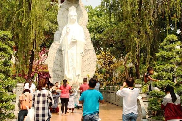 Nhiều người đã tới chùa Diệu Pháp (Bình Thạnh) làm lễ phóng sanh.