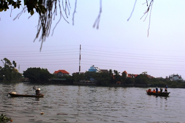 Một số người chầu chực sẵn trên sông, chờ cá thả xuống là vớt.