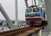Khoảnh khắc chuyến tàu đầu tiên đi qua cầu sắt Bình Lợi mới