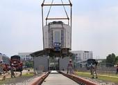 Đội nắng lắp đặt tàu metro lên đường ray tại depot Long Bình