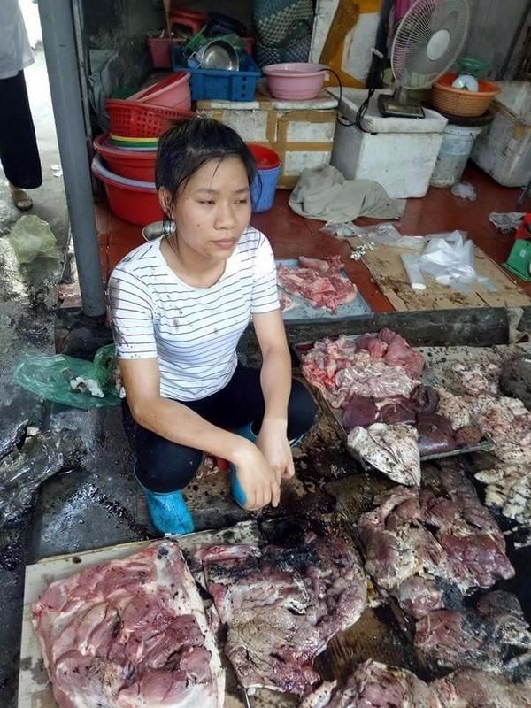Người phụ nữ với phản thịt lợn bị đổ luyn và chất thải.