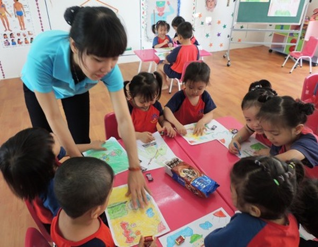 Nhận trẻ 6 - 18 tháng tuổi, các trường vẫn chưa đáp ứng được nhu cầu gửi con của công nhân.