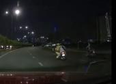Clip ghi hình CSGT đu theo xe máy rồi té ngã