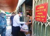 Phó Bí thư Nguyễn Hồ Hải thăm người dân trong khu phong toả ở Bình Thạnh