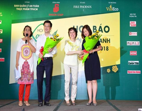 à Phạm Khánh Phong Lan (thứ hai từ phải qua) tặng hoa cho các đơn vị đồng hành và tài trợ.