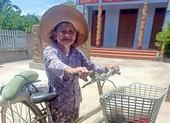 Giữa trưa nắng, cụ bà 76 tuổi chở trái bí để 'gửi chút tấm lòng' vô Nam
