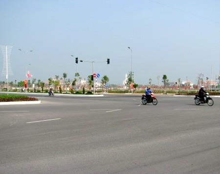 Mỗi chiều lưu thông có 3 làn xe: ô tô, xe máy, xe thô sơ.