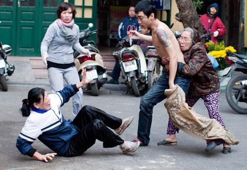 Kẻ cầm kéo đâm người giữa phố Hàng Bè có thể bị ảo giác do ma túy