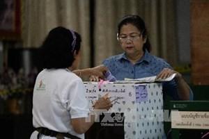 Cử tri bỏ phiếu tại điểm bầu cử ở Bangkok ngày 2/2. (Ảnh: AFP/TTXVN)