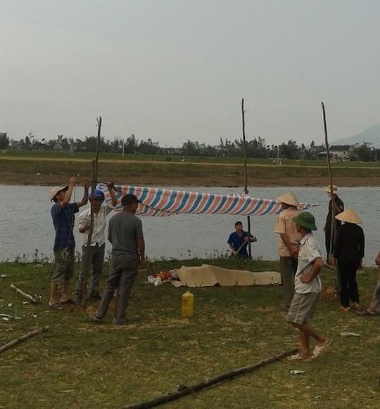 Thi thể của nạn nhân được người dân vớt lên bờ (ảnh N.Tú)