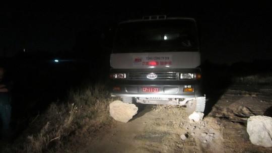 Chiếc xe tải bị phát hiện đổ chất thải.