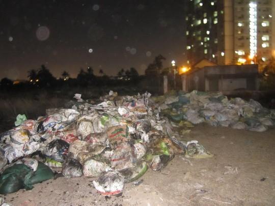Hàng trăm bao chất thải đổ thành đống lớn ngổn ngang tại khu vực.