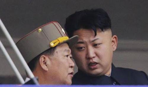 """Kim Jong-un """"o bế"""" nhà Choe Ryong-hae"""