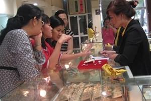 Khách hàng đang giao dịch vàng miếng (Ảnh: TTXVN)