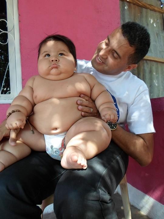 Santiago được xem là bé trai 8 tháng tuổi nặng nhất thế giới. Ảnh: Reuters