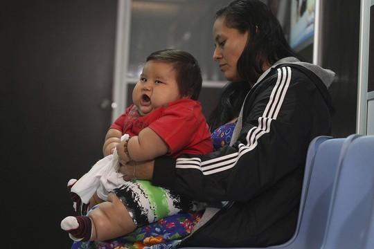 Bé Santiago và mẹ. Ảnh: Reuters