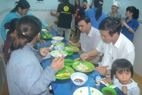 Bí thư Tỉnh ủy Quảng Ngãi dùng cơm với người nghèo
