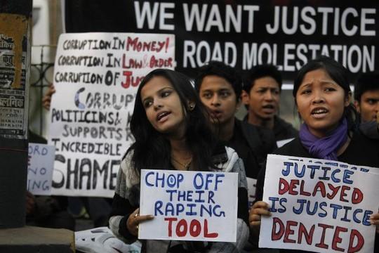Phụ nữ Ấn Độ biểu tình phản đối nạn cưỡng hiếp. Ảnh: AP