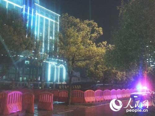 Hàng rào bảo vệ dài hàng trăm mét được dựng lên bên ngoài tòa án tối 30-3. Ảnh: PEOPLE.CN