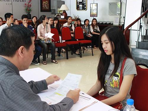Thí sinh tham gia phỏng vấn trong đợt tuyển sinh của Trường Trung cấp Du lịch và Khách sạn Saigontourist