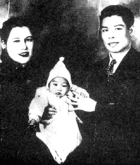 Lý Tiểu Long trong vòng tay yêu thương của cha mẹ