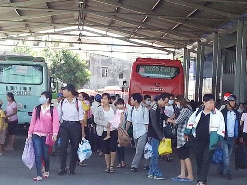 Hàng ngàn người tấp nập đổ về Sài Gòn sau lễ