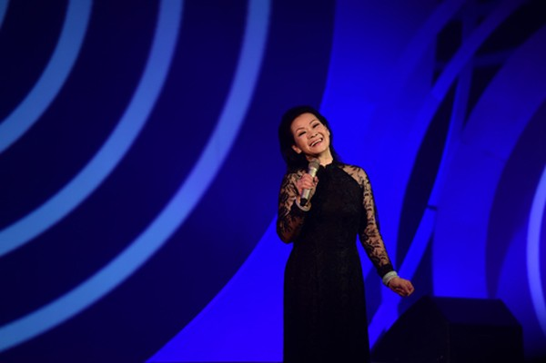 Khánh Ly hạnh phúc trên sân khấu thủ đô tối 9/5.