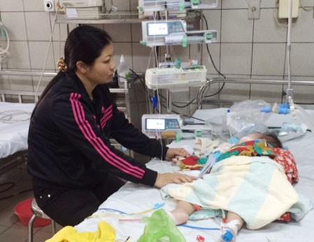 Bệnh nhân sởi nặng phải thở máy tại phòng Cấp cứu (khoa Nhi, BV Bạch Mai). Ảnh: T.A