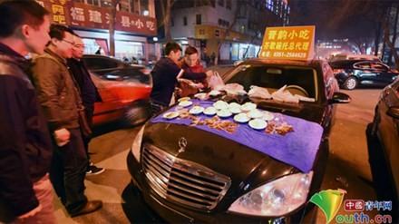 Hai thanh niên bày đồ ăn hút khách.