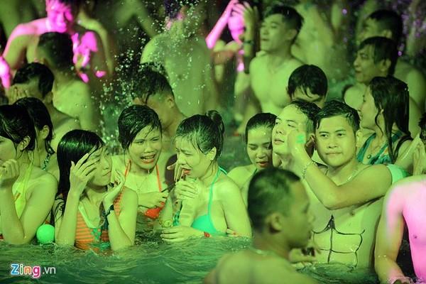 Giới trẻ mình trần, diện bikini quậy tưng bể bơi trong đêm