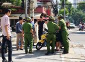 Chạy xe vượt đèn đỏ, đạp 2 cảnh sát ngã nhào