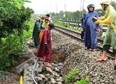 Sạt lở, đường sắt đoạn qua Đà Nẵng tê liệt