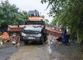 Xe chở máy công trình kéo sập cổng làng, tài xế tử vong