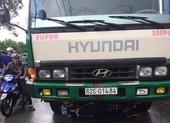 Xe tải nghi chở hàng lậu tông xe quản lý thị trường bỏ chạy
