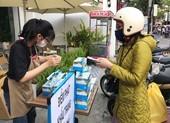 Video: Hàng loạt cửa hàng phát khẩu trang miễn phí ở Đà Nẵng