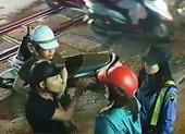 Đôi nam nữ vi phạm giao thông hành hung phóng viên