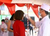 Đo thân nhiệt khách dự đám cưới của cô dâu Việt và chú rể Hàn