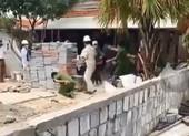 Dùng gạch tấn công cán bộ vì bị buộc dừng xây nhà trong dịch
