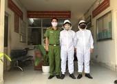 Công an phường mặc đồ bảo hộ để phòng, chống COVID-19