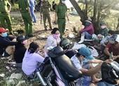 Bất chấp dịch, 10 người vẫn tụ tập đánh bạc trên bờ biển