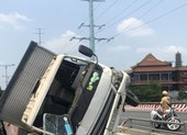 Ô tô tải lao vào làn xe máy, lật trên cầu Bình Lợi