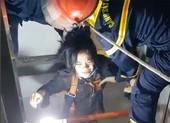 Cứu một phụ nữ mắc kẹt trong giếng thang máy
