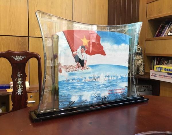 Mặt trước bức tranh với hình ảnh các chiến sĩ quyết tử bảo vệ chủ quyền biển đảo của Tổ quốc.