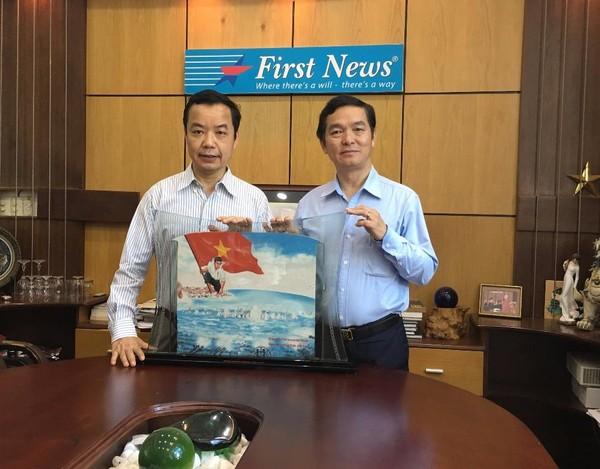 Hai đại diện của chương trình Hành trình Người Việt và Tâm hồn cao thượng sẽ mang bức tranh đến Seoul vào ngày 9-4.