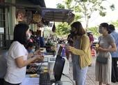 Dân đi chợ Thảo Điền bằng phiếu, quét mã QR