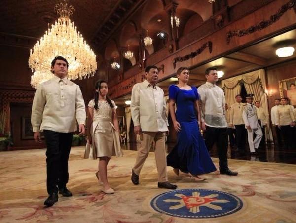 Ông Rodrigo Duterte cùng các con trong buổi nhậm chức tổng thống thứ 16 của Philippines.